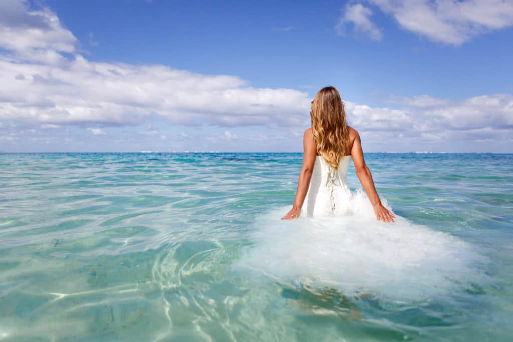 Trash the dress in the lagoon of Bora Bora